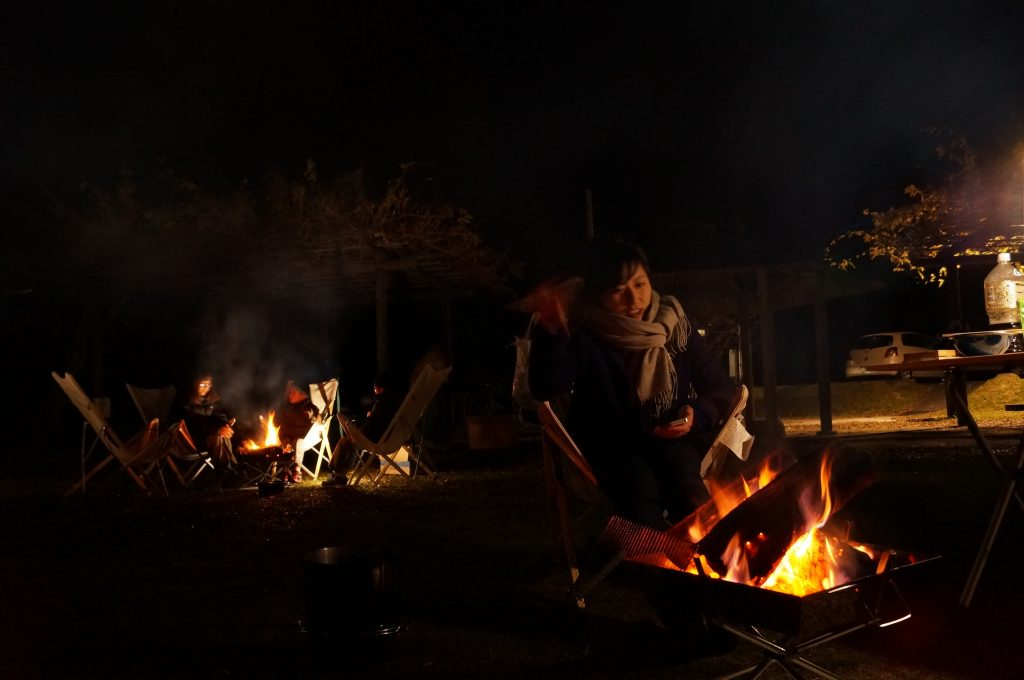 夜はこのまま焚き火で暖をとりました。