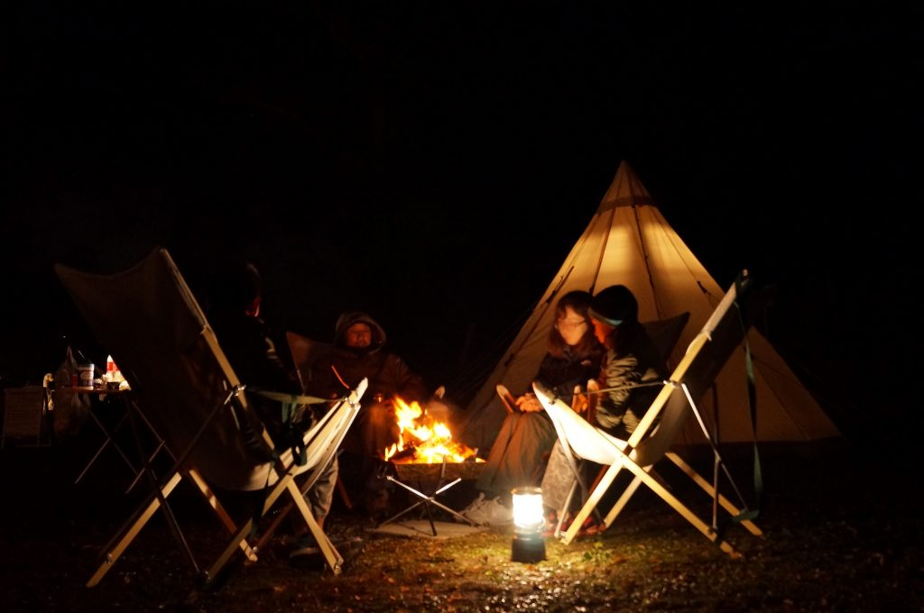焚き火を囲んでの家族団らんは、いつもと違う会話が生まれるようです