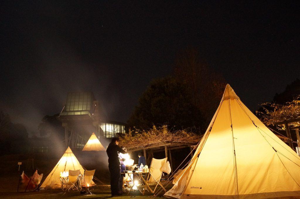 宇宙科学館とテントのあかりが浮かぶ夜