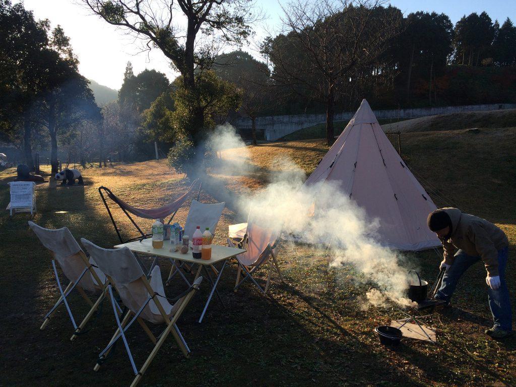 翌朝の朝食を準備中。2日目も天気に恵まれ、澄んだ空気の中の朝食となりました。